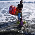 Partie de surf dans les vagues avec le bateau gonflable