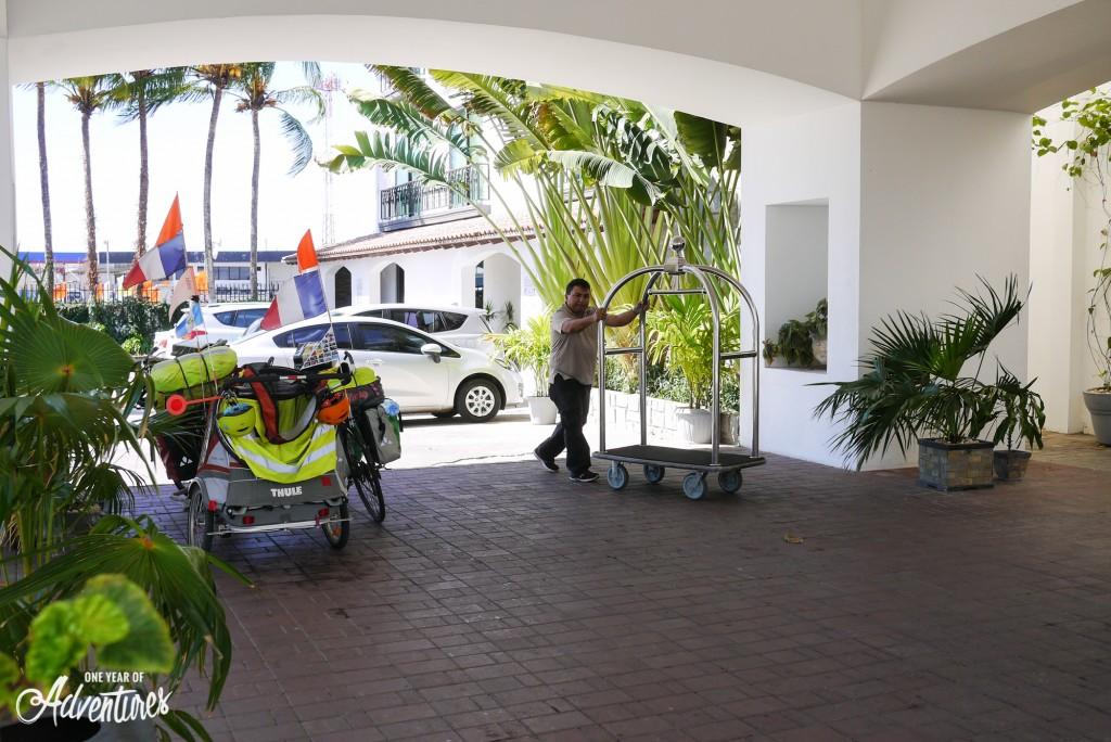 Un porteur de bagages. Un luxe inattendu pour nos sacoches crasseuses !