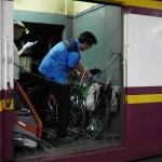 Chargement des vélos dans le train entre Bangkok et Chiang Mai