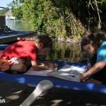 Liv et Tess en pleine activité d'écriture et de calcul au bord du lagon de Bacalar