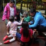 Quand 5 enfants arrivent vers Charlotte et Liv pour faire un puzzle