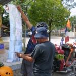 2016 - Je montre à un Thaïlandais le parcours de notre aventure à vélo.